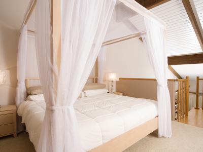 Un letto a baldacchino per un caldo abbraccio di intimit - Abbraccio letto ...