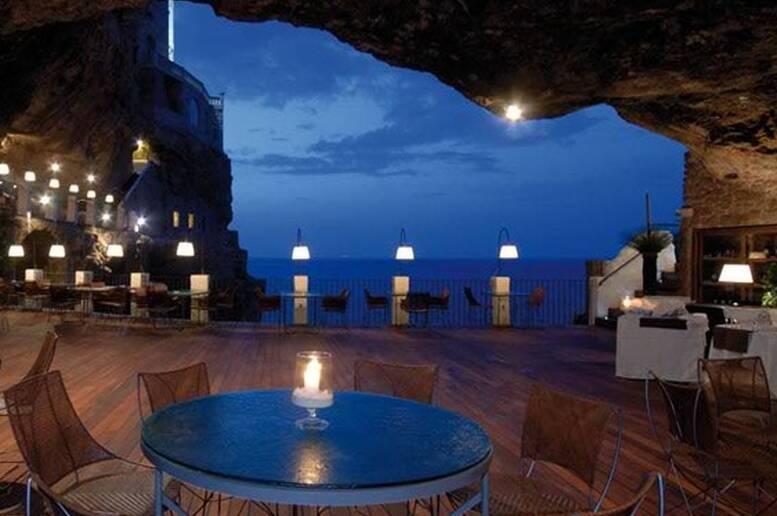 Una romantica cena a Grotta Palazzese, in una terrazza aperta sul ...
