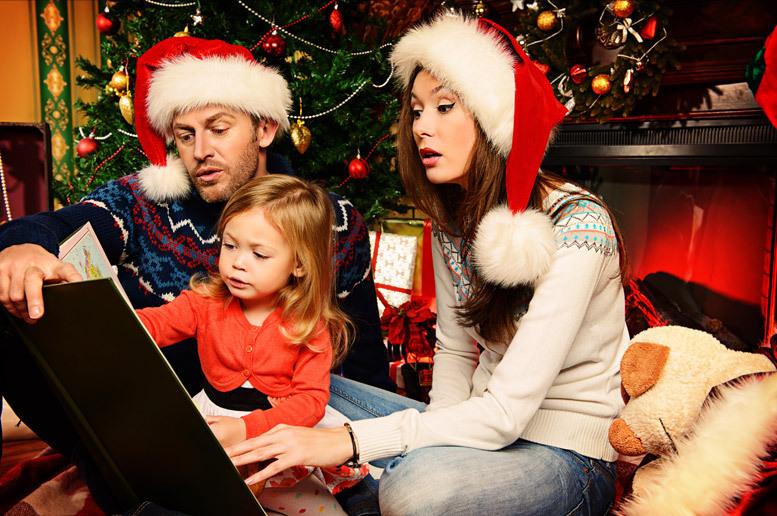 Immagini Di Natale In Famiglia.Sotto L Albero Di Natale Creiamo Una Fiaba Insieme Ai Nostri Figli Famiglia