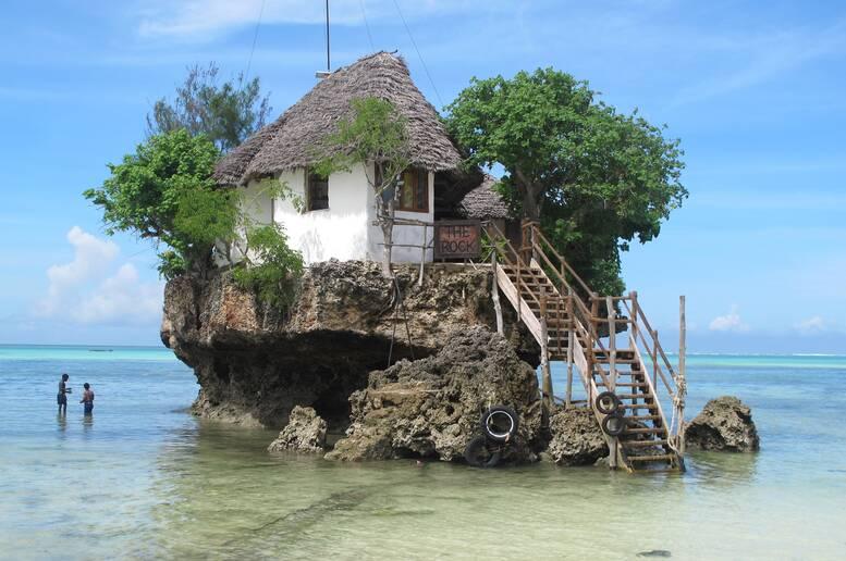 Tavolo Da Lavoro Per Zanzibar : Una cena mai vista su uno scoglio nel mare di zanzibar cibo