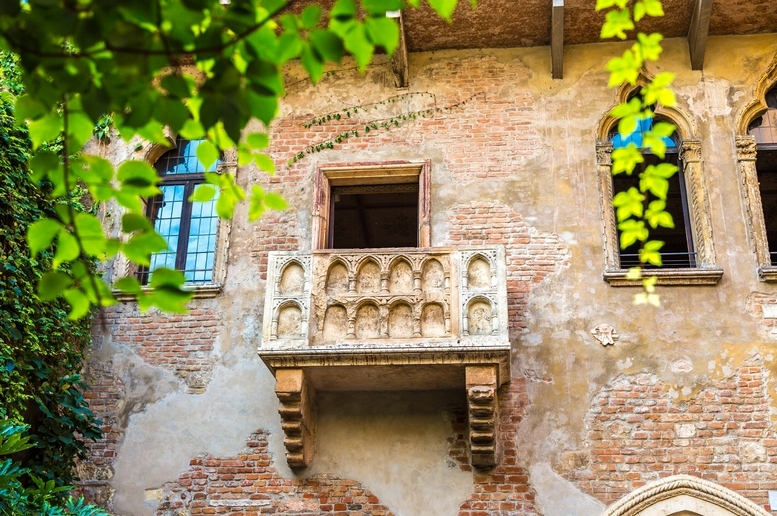 Come Romeo e Giulietta, sulla terrazza degli innamorati a Verona ...