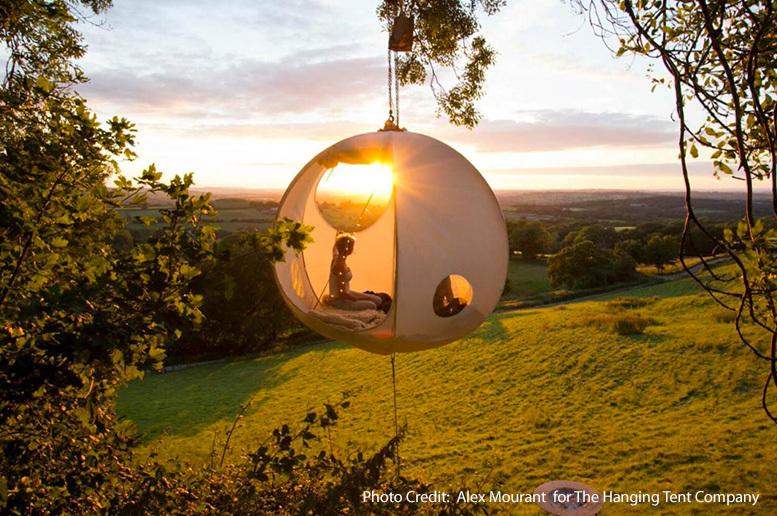 Tree sleeping: appendere i propri sogni a una tenda sospesa fra gli alberi